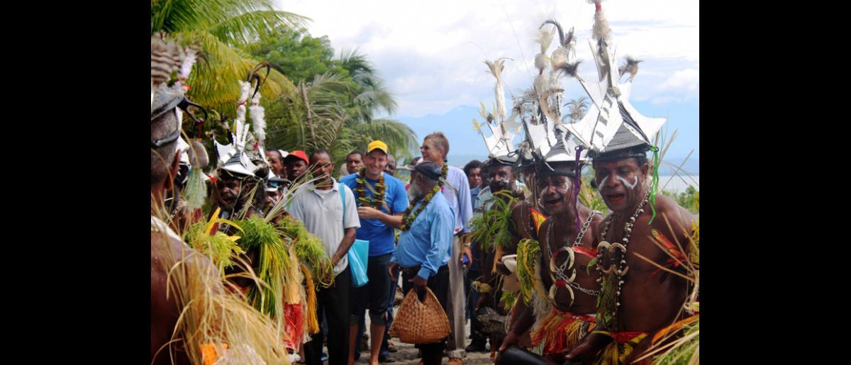 George Gigauri (à gauche), Chef de mission de l'OIM, et Andrew Bruce, Directeur régional pour l'Asie et le Pacifique, arrivent à Labu Tale, un village isolé du nord de la Papouasie-Nouvelle-Guinée, où l'Organisation met en œuvre un programme de gestion des risques de catastrophe à l'échelle locale. © OIM 2014 (Photo de Joe Lowry)