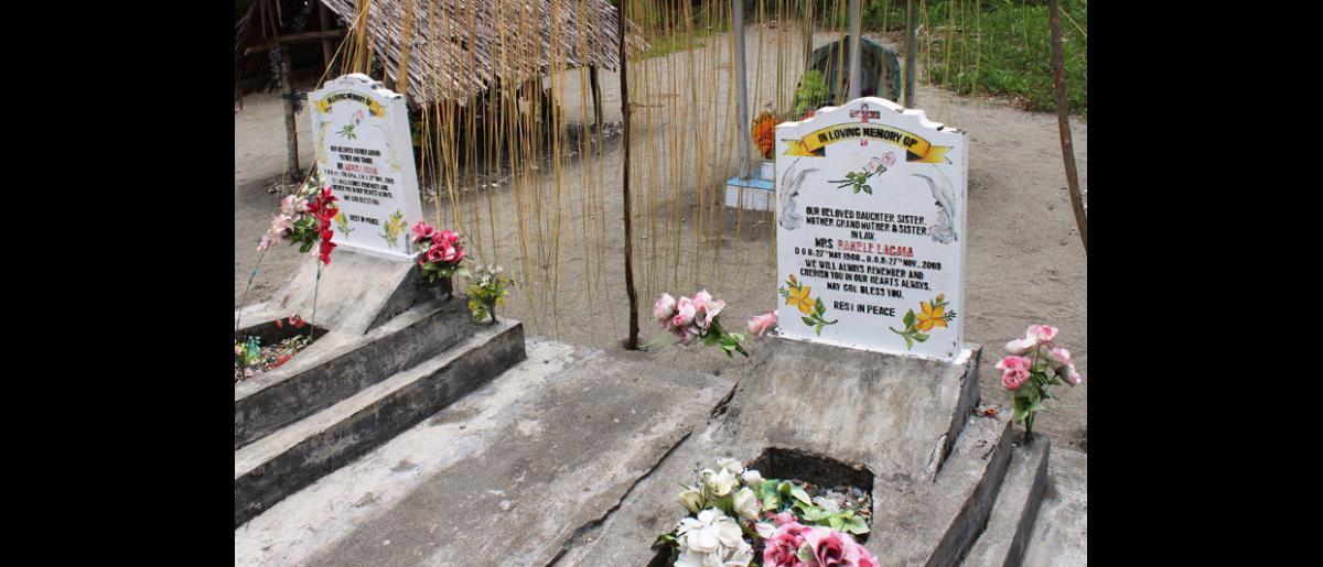Tombes d'un couple tué dans un affrontement tribal à Labu Tale, un village isolé du nord de la Papouasie-Nouvelle-Guinée. De nombreuses communautés du pays sont exposées en permanence à la violence, qui s'ajoute aux risques inhérents à de nombreuses catastrophes naturelles. © OIM 2014 (Photo de Joe Lowry)