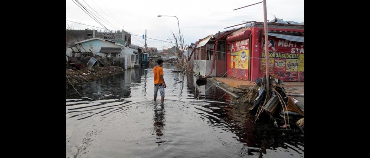Vista de la ciudad de Tacloban que fue arrasada por el tifón Haiyan el pasado 8 de noviembre. © OIM 2013 (Fotografía de Joe Lowry)