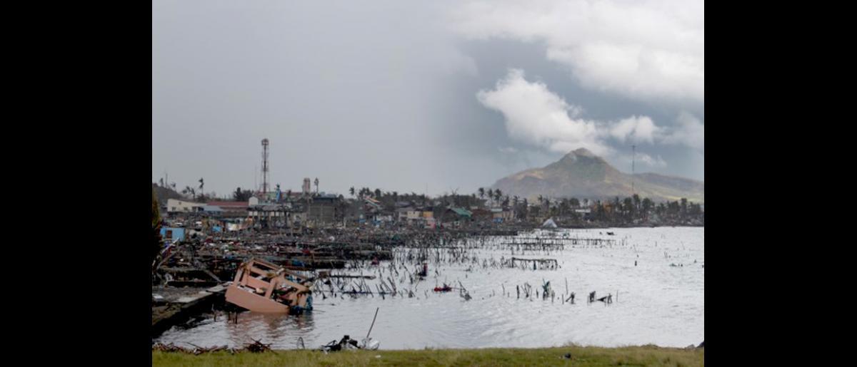 Vista de la ciudad de Tacloban, que fue arrasada por el tifón Haiyan el pasado 8 de noviembre. © OIM 2013 (Fotografía de Joe Lowry)