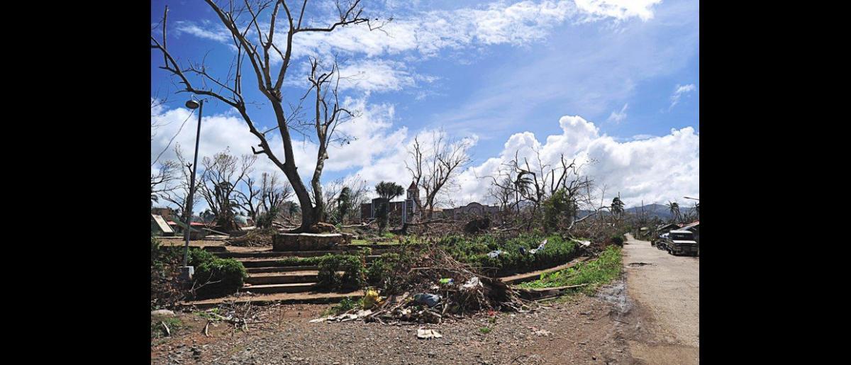 Lo que queda de la plaza del pueblo de Pilar tras el paso del tifón. © Blue Motus 2013