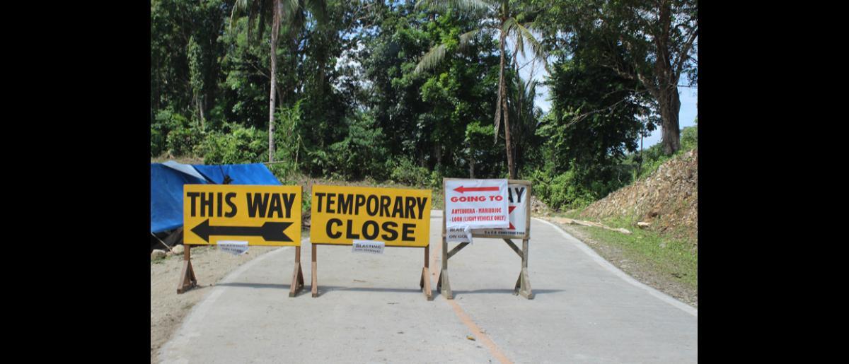 Los daños en las infraestructuras dificultan las actividades de socorro. Recorrer 60 kilómetros por caminos de tierra puede tomar hasta tres horas. © OIM 2013 (Fotografía de Joe Lowry)