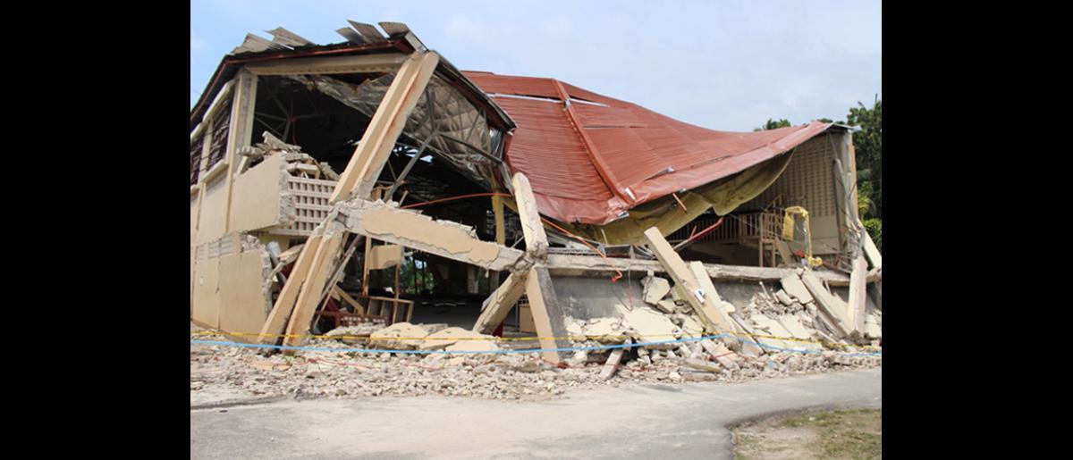 Estado en que quedó el centro deportivo en Loon, en la región central de Filipinas. © OIM 2013 (Fotografía de Joe Lowry)