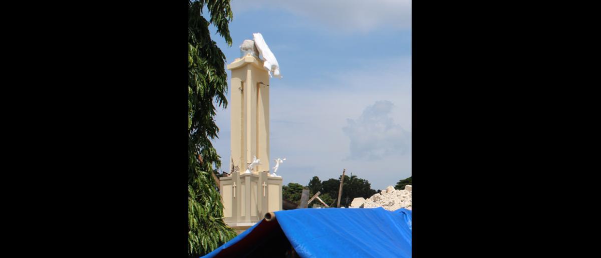 Estatua caída de Cristo sobre las ruinas de la iglesia de Nuestra Señora de la Luz en Loon que, antes de derrumbarse a raíz del terremoto del 15 de octubre, era la iglesia más grande de Bohol. © OIM 2013 (Fotografía de Joe Lowry)