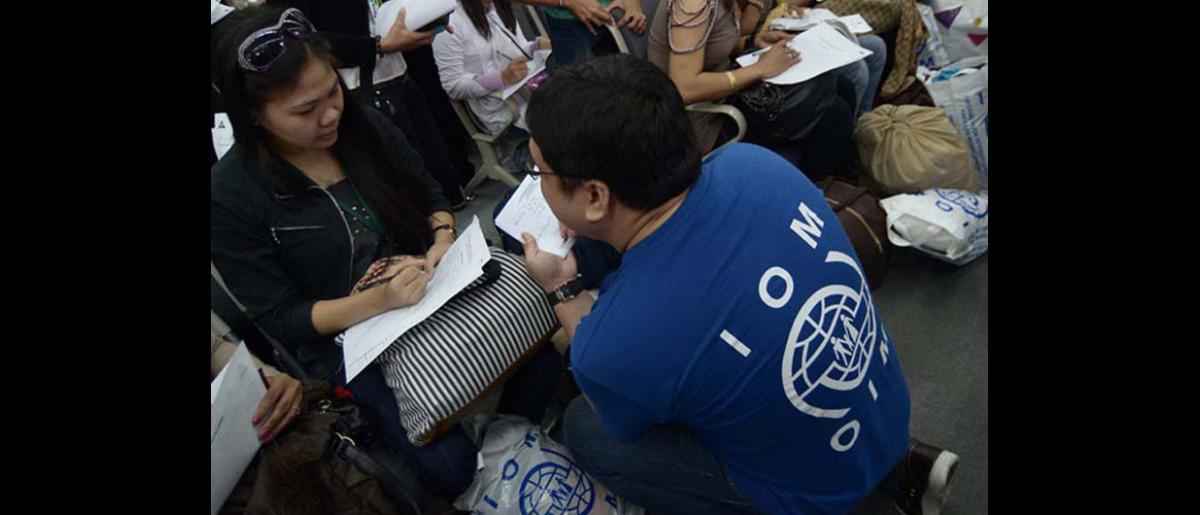 Una retornada filipina llora al escuchar el relato de las experiencias vividas en Siria por una compañera.  Desde que, en marzo de 2011, comenzara el conflicto, el Gobierno filipino ha repatriado a más de 2.000 trabajadores migrantes que se encontraban en Siria. © OIM 2012 (Foto: Ray Leyesa)