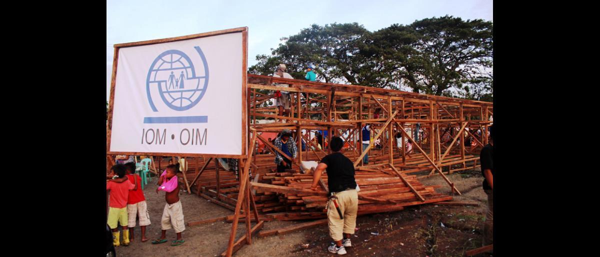 La OIM ha comenzado a construir una serie de barracones en el estadio Grandstand en Zamboanga, con el dinero obtenido del Fondo Central de las Naciones Unidas para la acción en casos de emergencia. Una vez erigidos, proporcionarán a las familias un alojamiento temporal más seguro y resistente. © OIM 2013 (Fotografía por Joe Lowry)