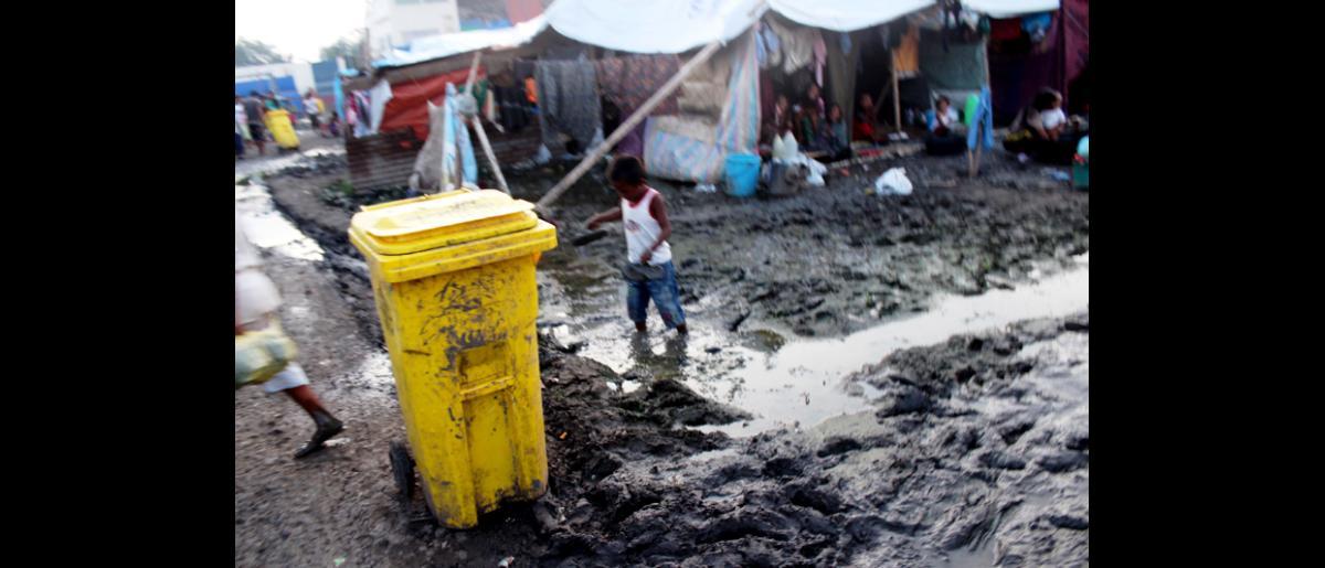 Las condiciones en el Estadio Joaquin F. Enriquez Memorial, en Zamboanga, son sumamente insalubres, por ello, se teme que las lluvias torrenciales en la región  den lugar a brotes de enfermedades transmitidas por el agua. © OIM 2013 (Fotografía por Joe Lowry)