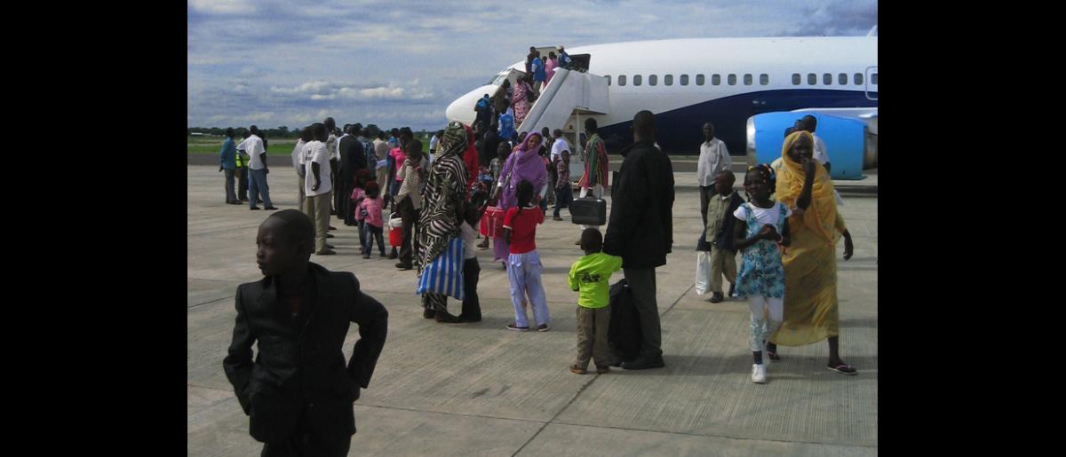 Retornados desde Kosti (Sudán) recibidos en el aeropuerto de Juba por el personal de la OIM.  En un momento en que un total de 1.890 nacionales han llegado a la capital de Sudán del Sur, la OIM prevé aumentar el número de vuelos a seis diarios para finalizar el traslado en las próximas semanas. © OIM 2012 (Foto: Lana Oh)