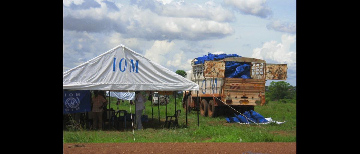 Refugios comunitarios creados por los equipos de la OIM para recibir a los retornados en un emplazamiento temporal recientemente establecido en Juba, capital de Sudán del Sur.  A lo largo de las últimas semanas, la Organización ha prestado asistencia para el retorno a 5.000 migrantes desamparados. © OIM 2012 (Foto: Lana Oh)