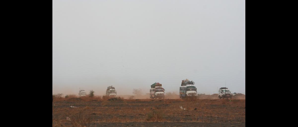 Retornados a bordo de un convoy de autobuses de la OIM que se dirige al aeropuerto de Malakal para llegar a sus destinos finales en Sudán del Sur. © OIM 2012 (Foto: Luis Esteves)