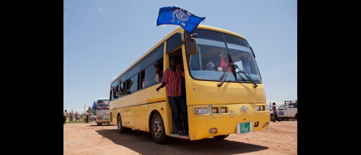 Tras llegar al Aeropuerto Internacional de Juba, los sudaneses del sur retornados suben a bordo de un convoy que los traslada a un centro de tránsito en el que se les proporciona alimentos y alojamiento. © OIM 2012 (Foto: Jasper Llanderal)
