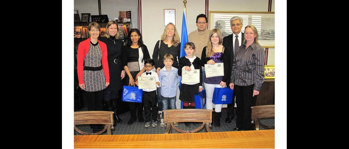 Los ganadores, sus familiares, Ovais y colegas de la OIM miembros del jurado
