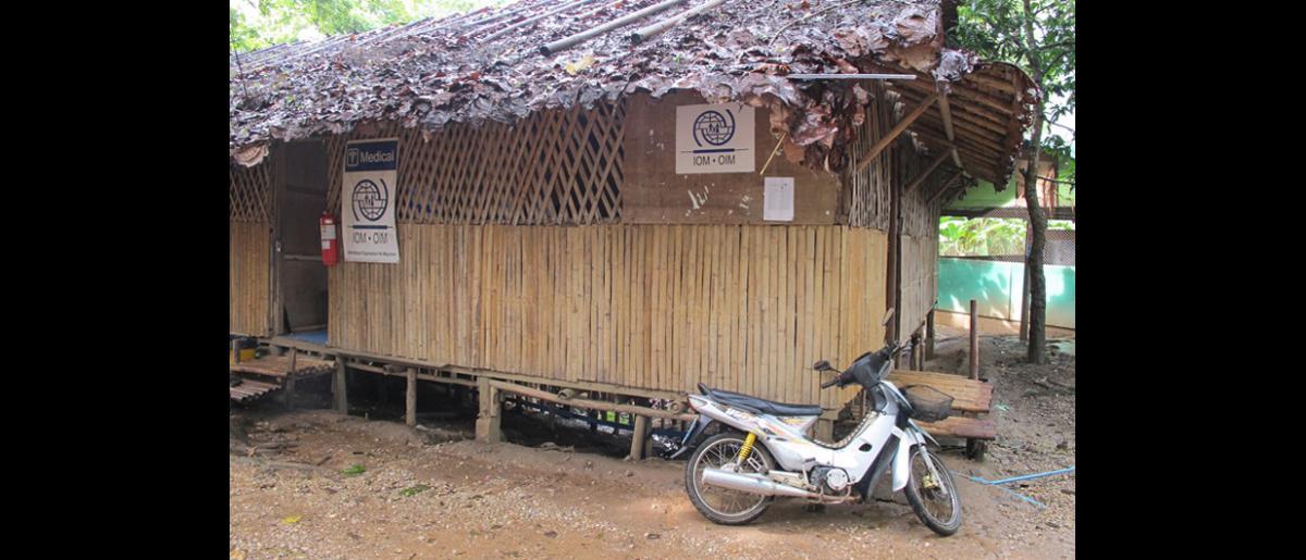 Im, enfermera de la OIM, junto con DeeDee, su intérprete, también una refugiada de Myanmar, en un puesto sanitario de la OIM en el campamento de Mae Lat (Tailandia septentrional), donde proporciona tratamiento de observación directa a una paciente afectada de tuberculosis. © OIM 2012