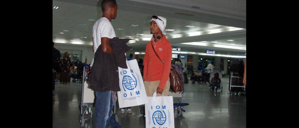 A petición del Gobierno alemán, la OIM ha organizado un vuelo chárter para refugiados con destino a Hannover.  Asimismo, se ocupa de trasladarlos en autobús desde el campamento de tránsito de Shousha hasta el aeropuerto de Djerba. © OIM 2012