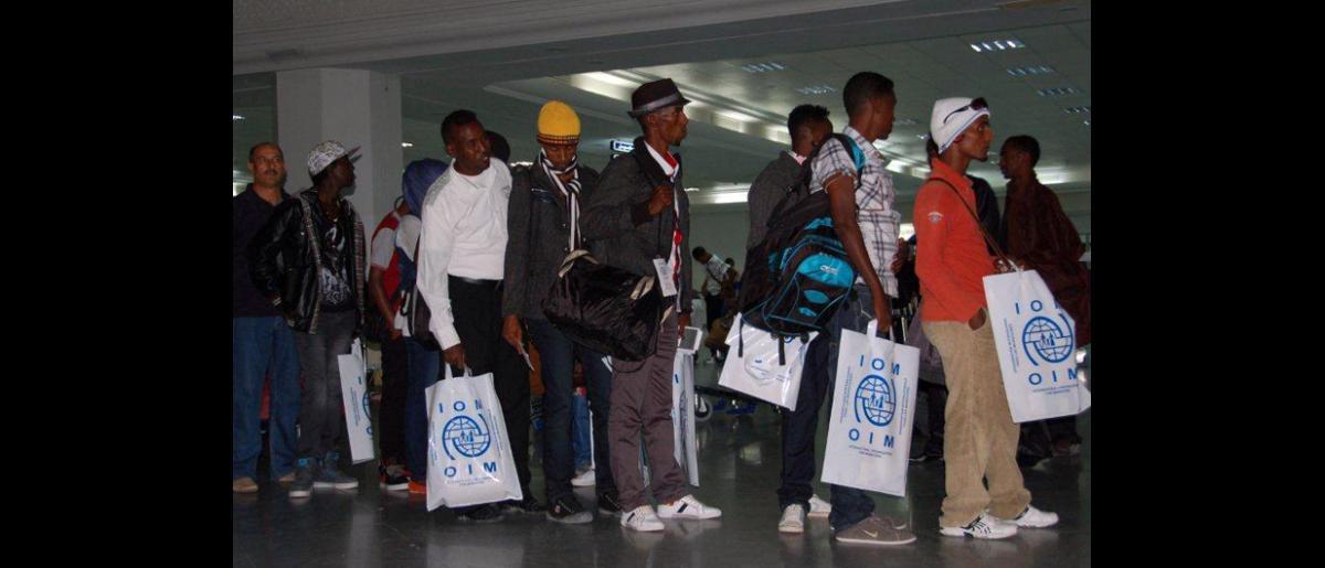Los refugiados se preparan para el embarque.  Además de organizar el vuelo a Hannover, la Organización impartió cursos de orientación cultural y realizó exámenes médicos previos a la partida. © OIM 2012