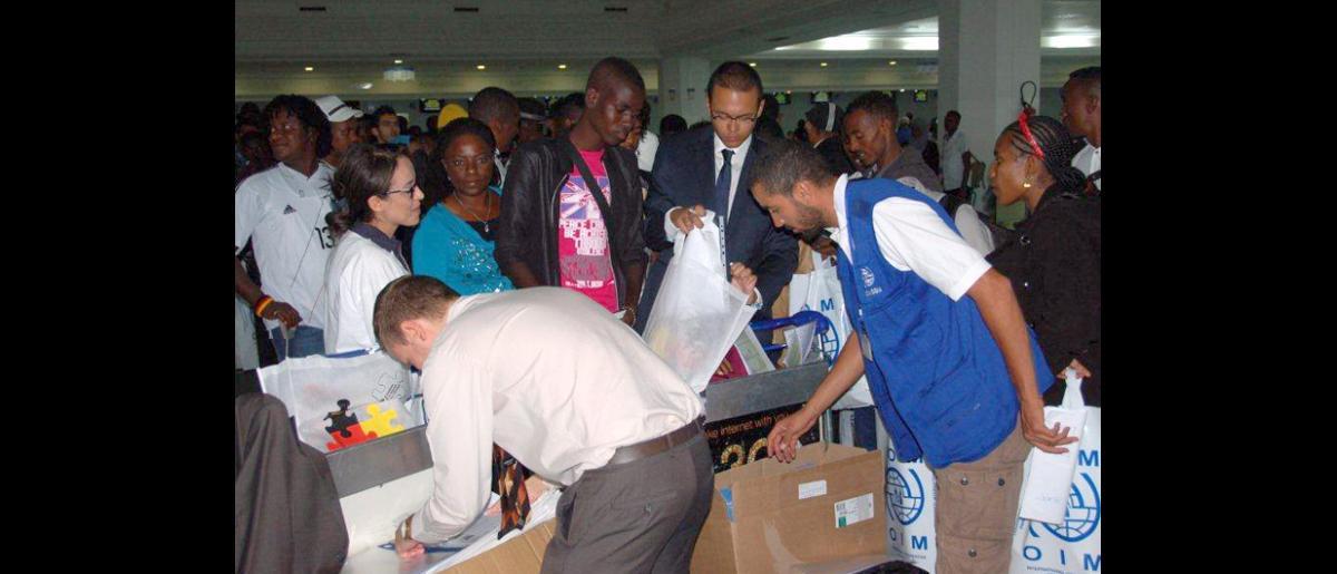 Tras aguardar casi 18 meses en un campamento de tránsito, a unos siete kilómetros de la frontera entre Túnez y Libia, 18 refugiados emprenden, el 3 de septiembre, un viaje para empezar una nueva vida en Alemania. © OIM 2012