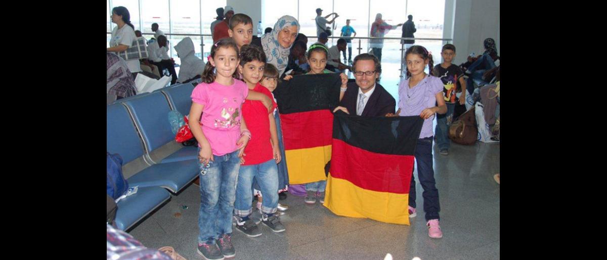La OIM presta asistencia a los refugiados que han huido de Libia a Túnez para empezar una nueva vida en Alemania.  La Organización ha impartido cursos de orientación cultural, además de haberse ocupado de organizar los vuelos y de realizar exámenes médicos previos a la partida. © OIM 2012