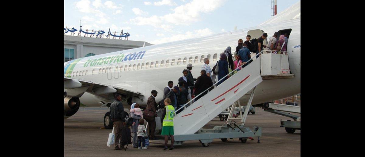 A petición del Gobierno alemán, los refugiados suben a bordo de un vuelo que partirá de Djerba a Hannover. © OIM 2012