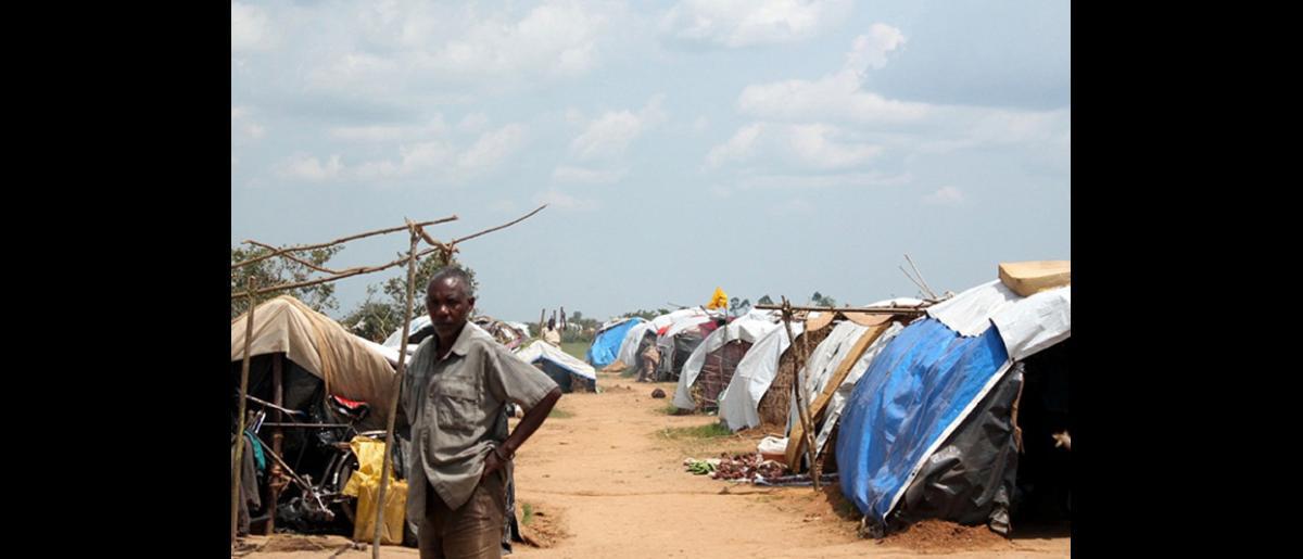 La OIM proporciona artículos de higiene, servicios de saneamiento, alimentos, albergue y asistencia   médica a 4.600 migrantes que fueron deportados de Tanzanía. © OIM 2014