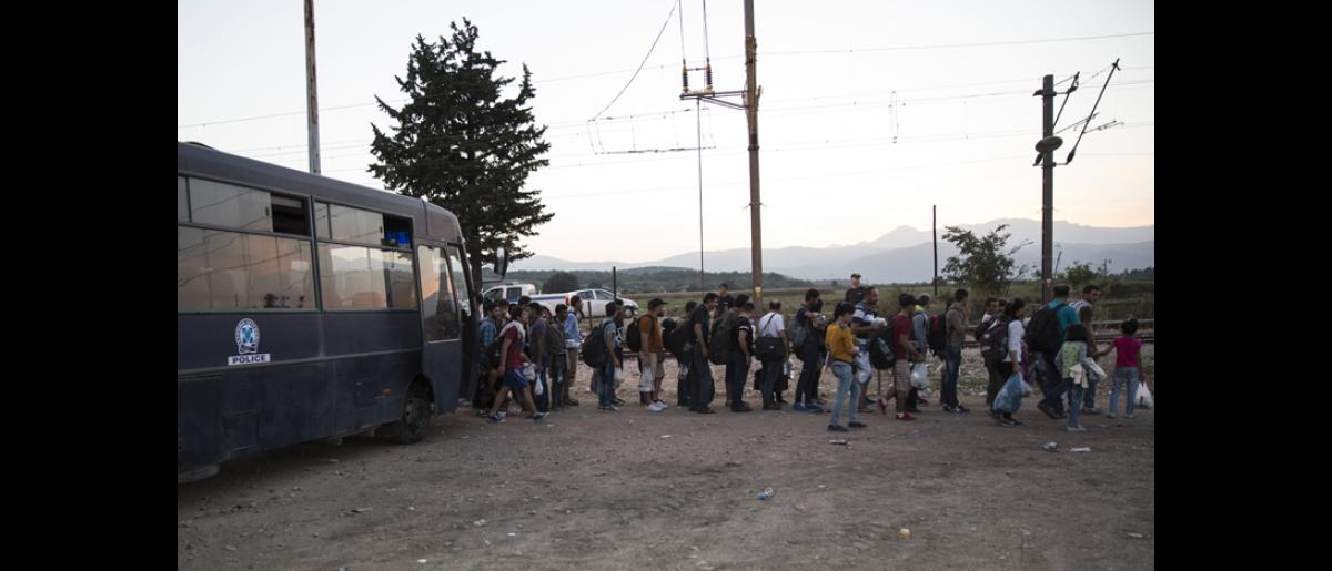 Migrants lining up to cross the Greek border with the former Yugoslav Republic of Macedonia (FYROM). © IOM/Amanda Nero 2015
