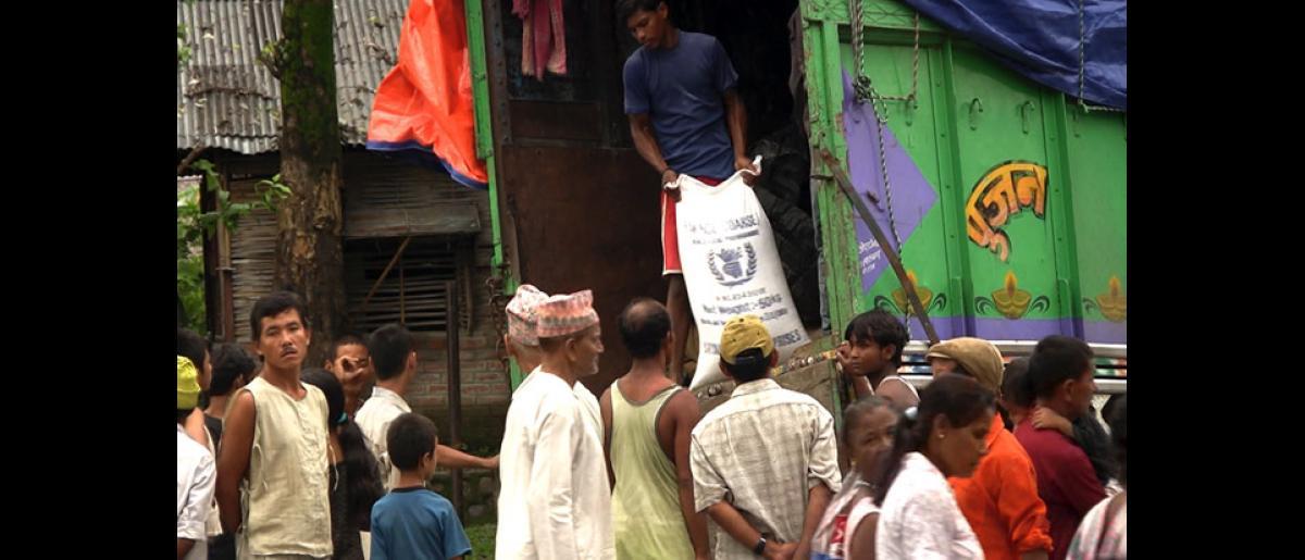 The World Food Programme (WFP) distributes food to refugees in Damak, Nepal. © Doria Bramante 2008 - MNP0046