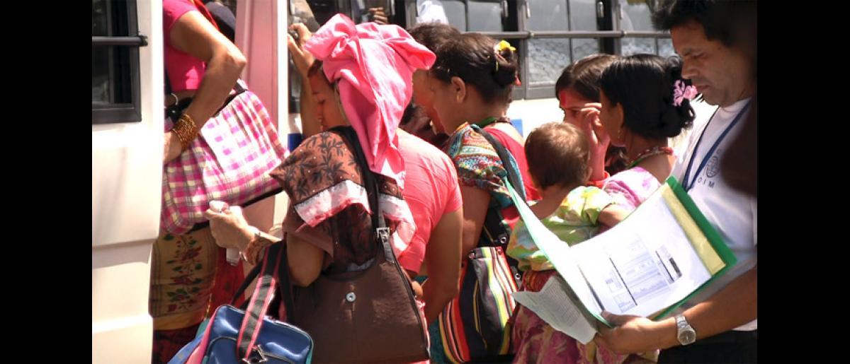 Refugees hop on a bus headed for the Transit Centre in Katmandu, Nepal. © Doria Bramante 2008 - MNP0045