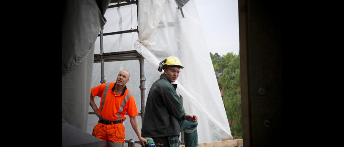 Part of the objectives of this IOM project is to disseminate information about the rights and responsibilities of the Polish construction workers among a wider target group. © IOM 2007