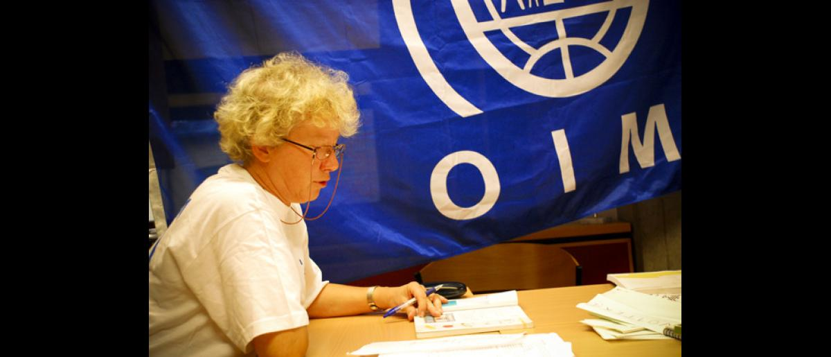 An IOM staff teaches Polish workers the necessary Norwegian language skills to help them follow Norwegian laws and regulations and ensure that their rights as employees are not violated. © IOM 2008