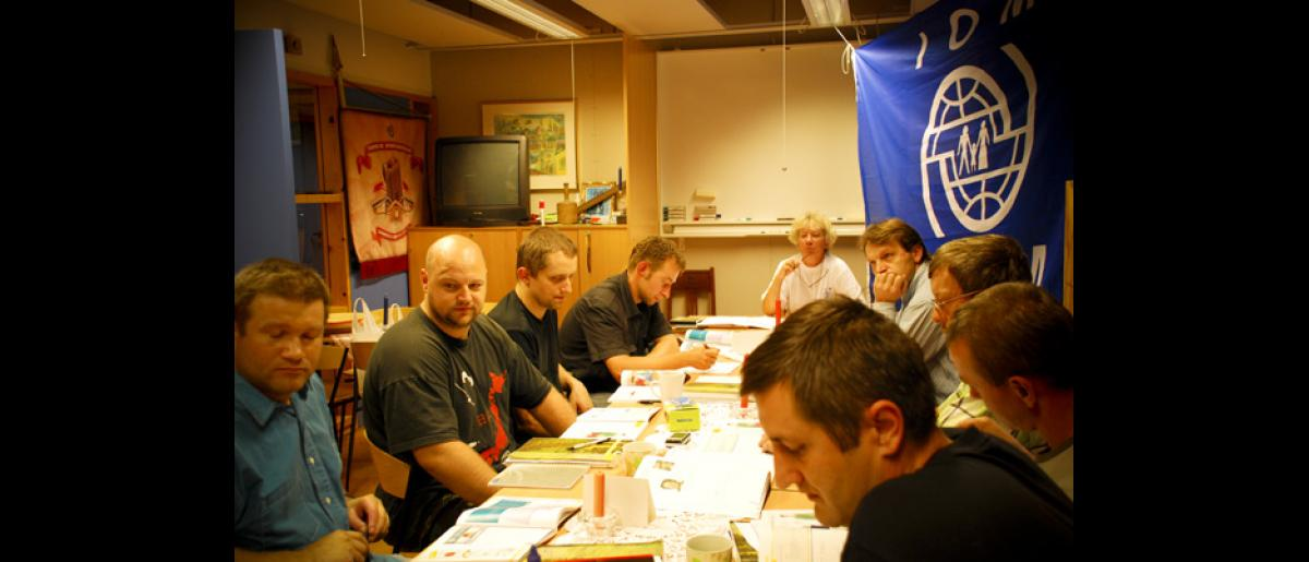 A language training class with Polish construction workers as participants. The lack of Norwegian language skills among the Polish labour migrants can bring about misunderstandings and misinformation. © IOM 2008